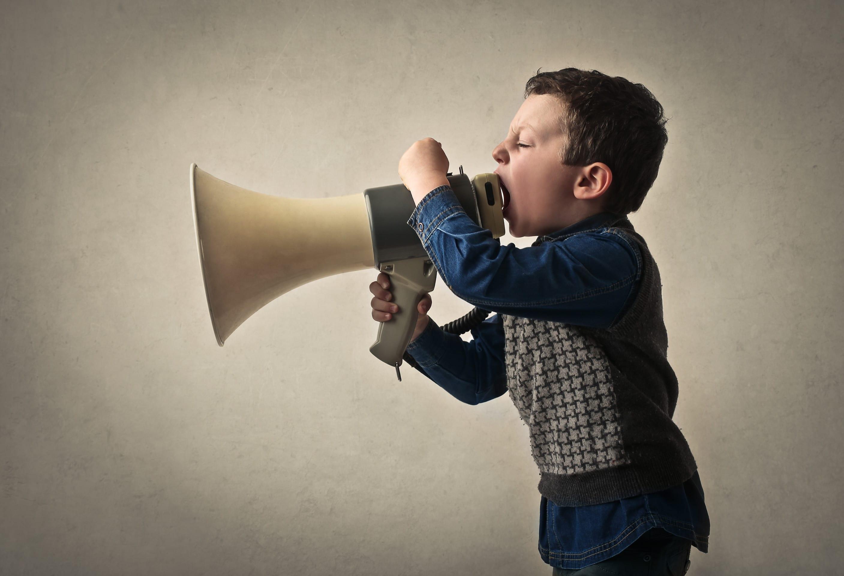 Jeune qui cri via un mégaphone ayant un comportement qui interpelle